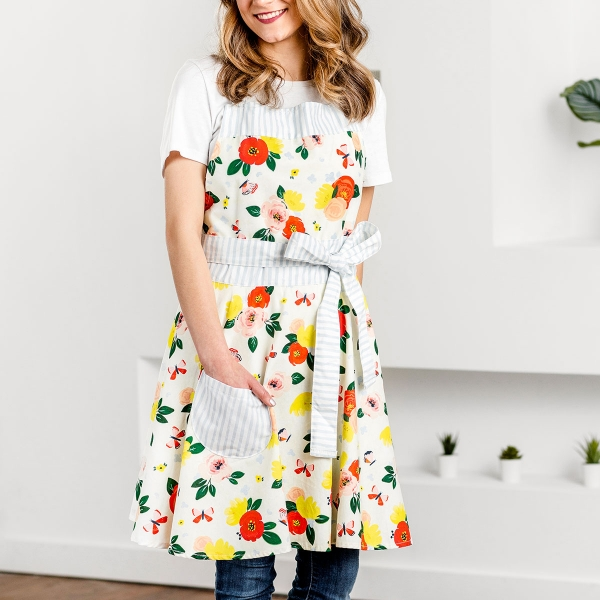 Bless a loved one with this DaySpring 'In Bloom' flare bib apron this Spring. With the premium quality and modern, beautiful design that you can always expect from Studio 71, this wonderful gift makes a statement on any occasion.